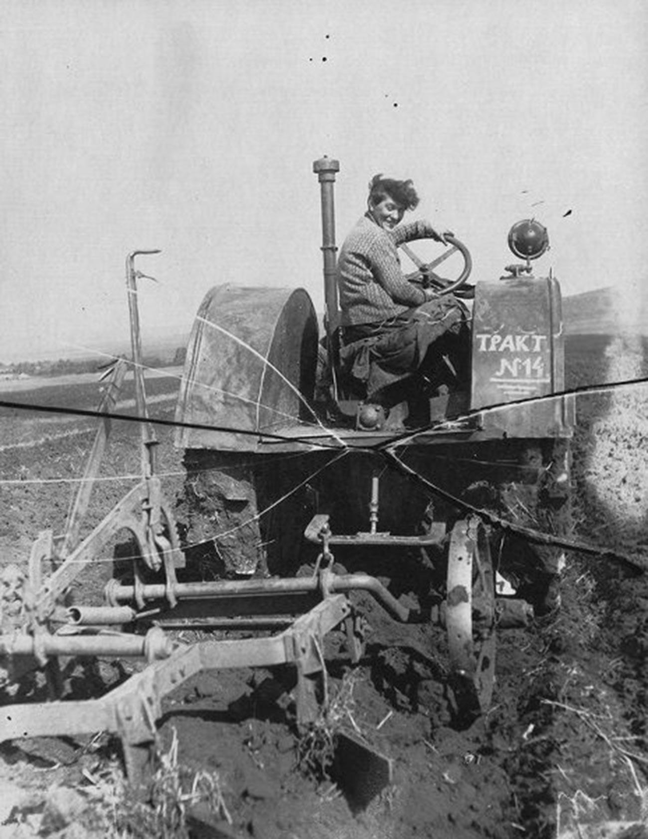 La première femme-conducteur de tracteur, Pacha Anguelina