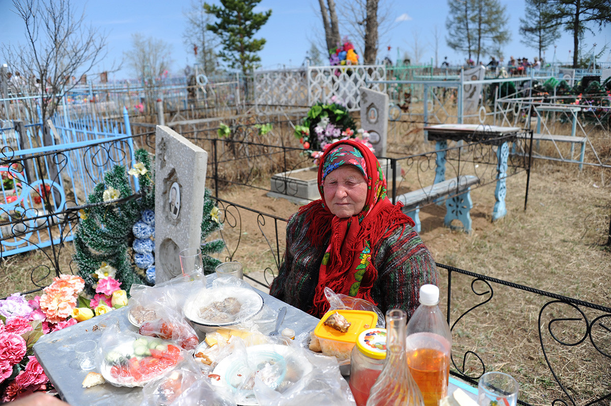 People visit the graves of relatives and friends at the cemetery of the village of Novotroitsk in the Trans-Baikal Territory on the Day of Remembrance (Radonitsa)
