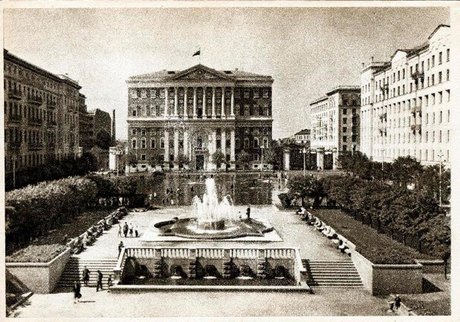 Place Sovietskaïa (aujourd'hui Tverskaïa), à Moscou