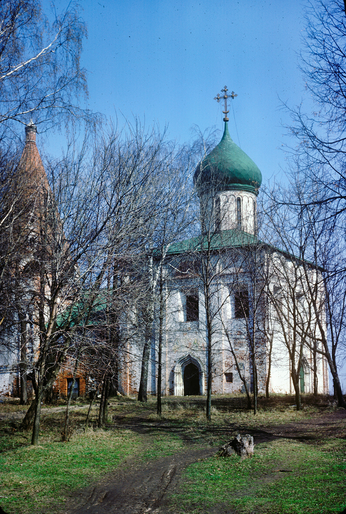 Trinity-Danilov Monastery. Trinity Cathedral, southwest view. Far left: bell tower. April 28, 1980.