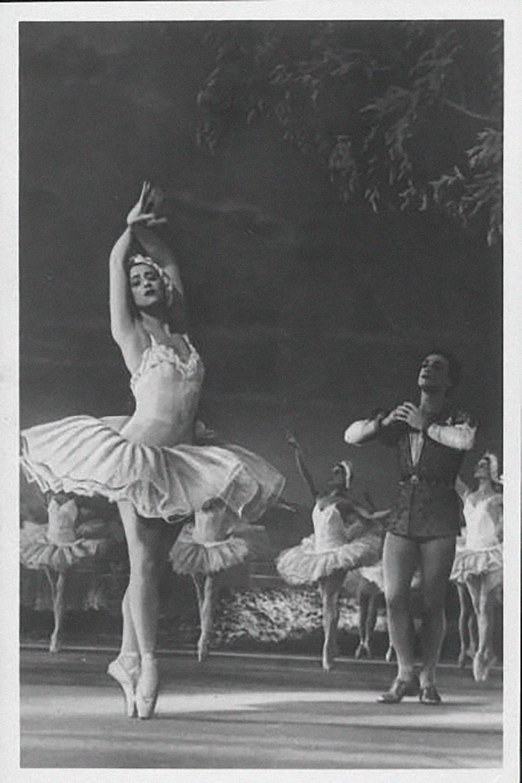 Maïa Plissetskaïa, légendaire ballerine, en Odette, personage du ballet Le Lac des cygnes