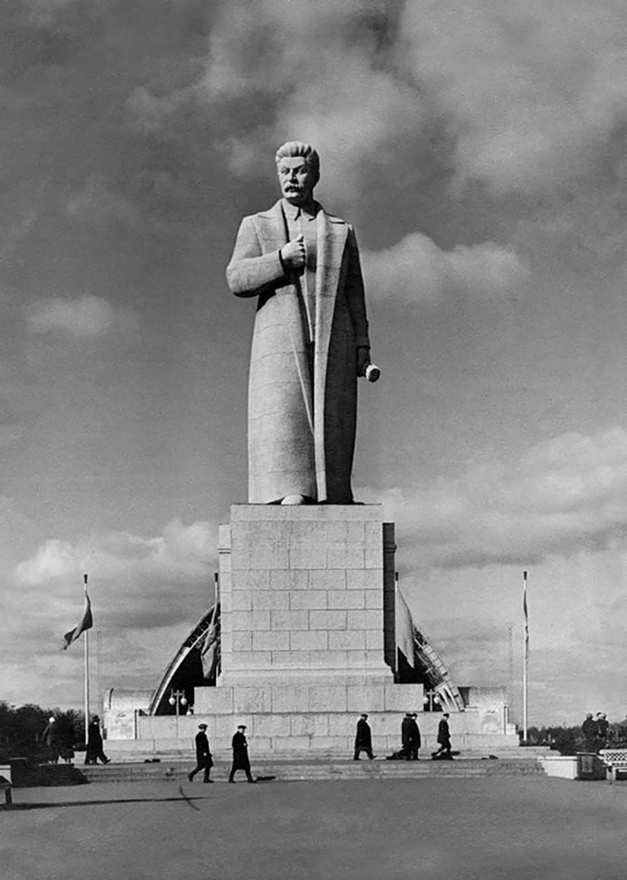 Statue géante de Staline dans l'Exposition des réalisations de l'économie nationale de l'URSS (VDNKh).