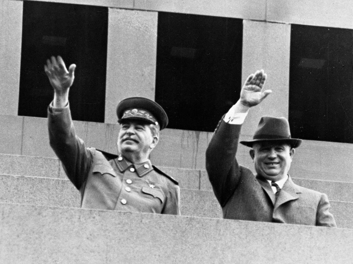 Joseph Staline et Nikita Khrouchtchev sur la tribune du mausolée de Lénine le jour du 1er mai