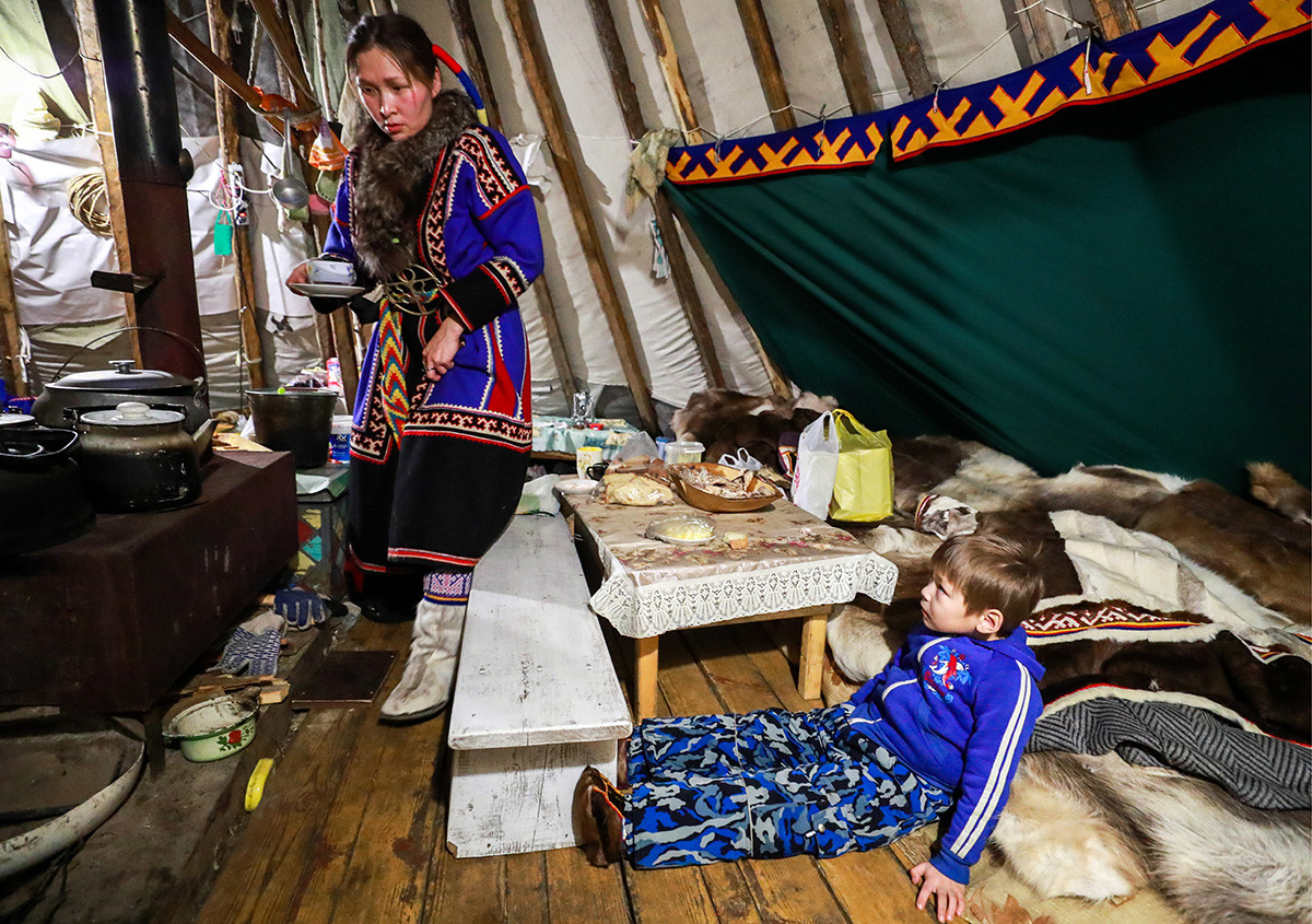 Seorang pengurus chum menyiapkan sarapan di Desa Gornoknyazevsk, Distrik Priuralsky, Yamal, 2018.
