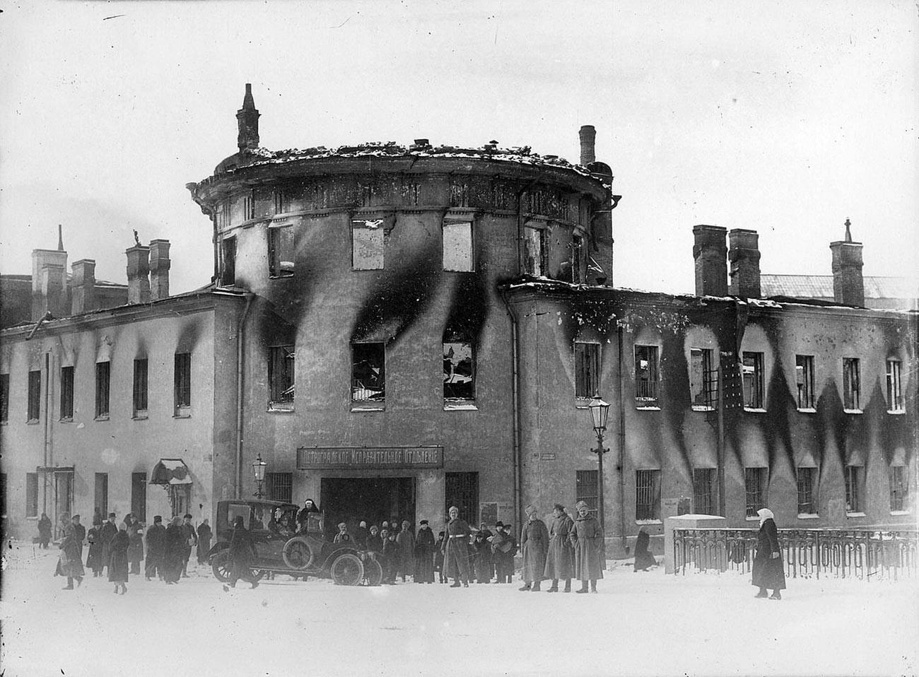 Devant le château de Lituanie incendié, ancienne prison de la ville de Saint-Pétersbourg, après 1917