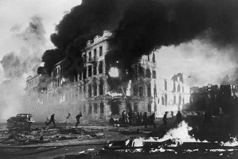 Dok su na gradskim ulicama vođene borbe, u ruševinama Staljingrada se nastavljao život, jer je civilno stanovništvo ostalo u gradu.