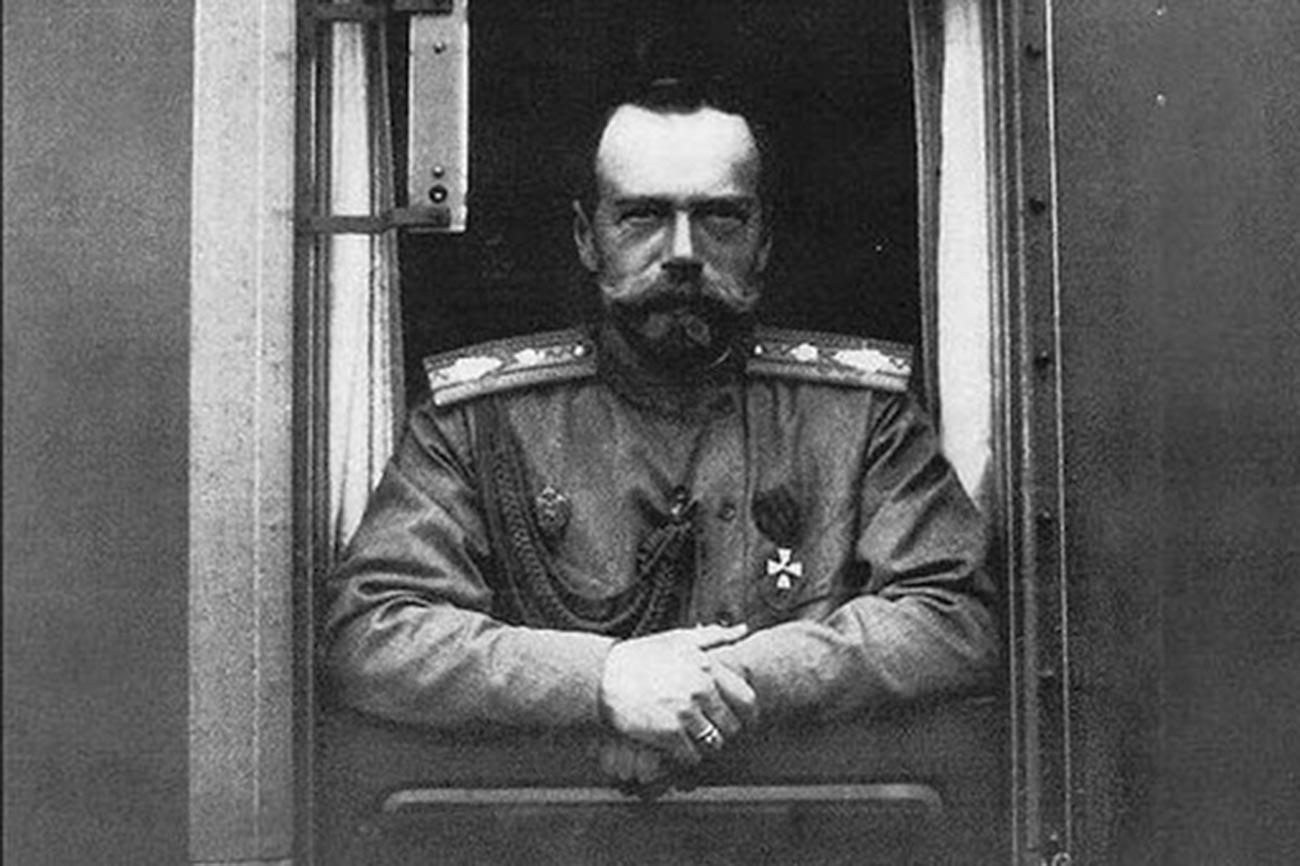 Lo zar Nicola II guarda fuori dal finestrino del suo treno privato