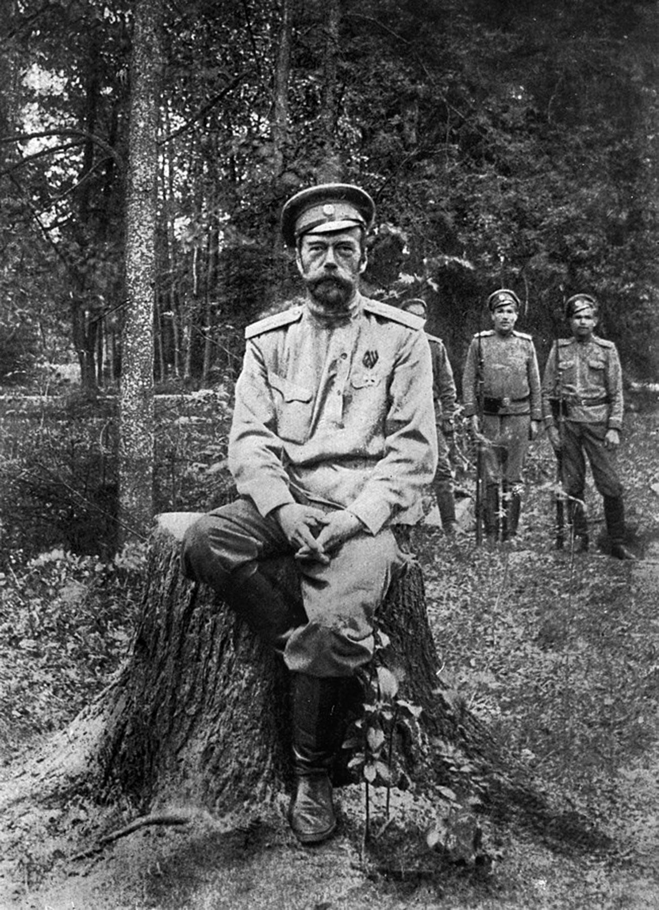 Nicola Romanov a Tsarskoe Selo dopo l'abdicazione, estate 1917