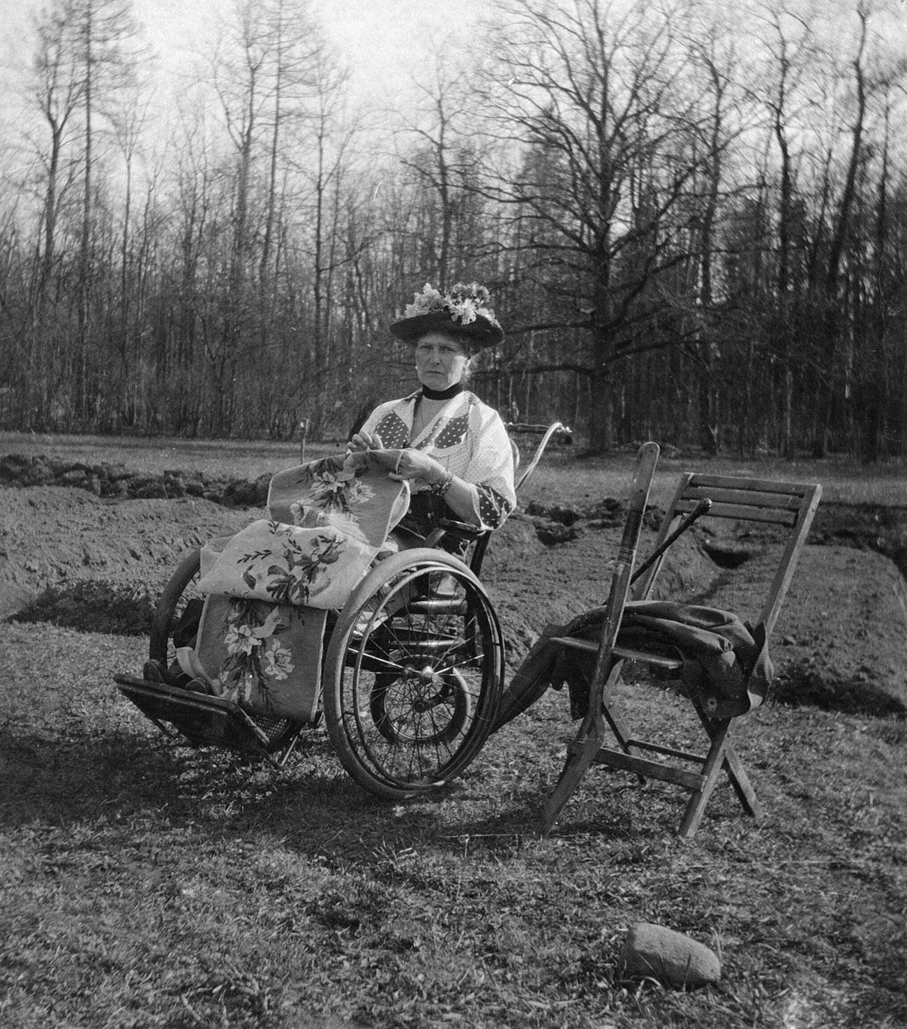 Carica Aleksandra Fjodorovna s ručnim radom u Aleksandrovskom parku, Carsko Selo.