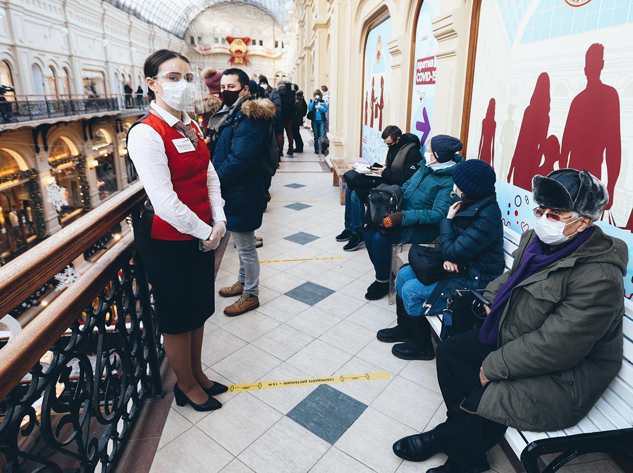 Gente in coda per farsi vaccinari nei grandi magazzini GUM in Piazza Rossa a Mosca
