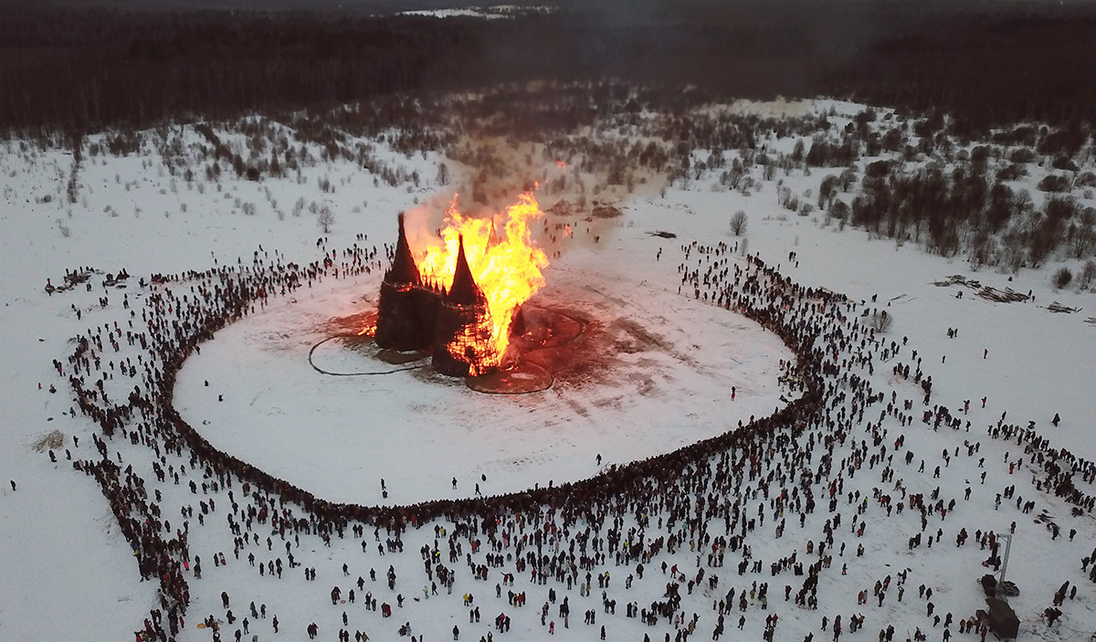 Il castello in legno bruciato nel parco Nikola-Lenivets di Kaluga per la festa della Maslenitsa