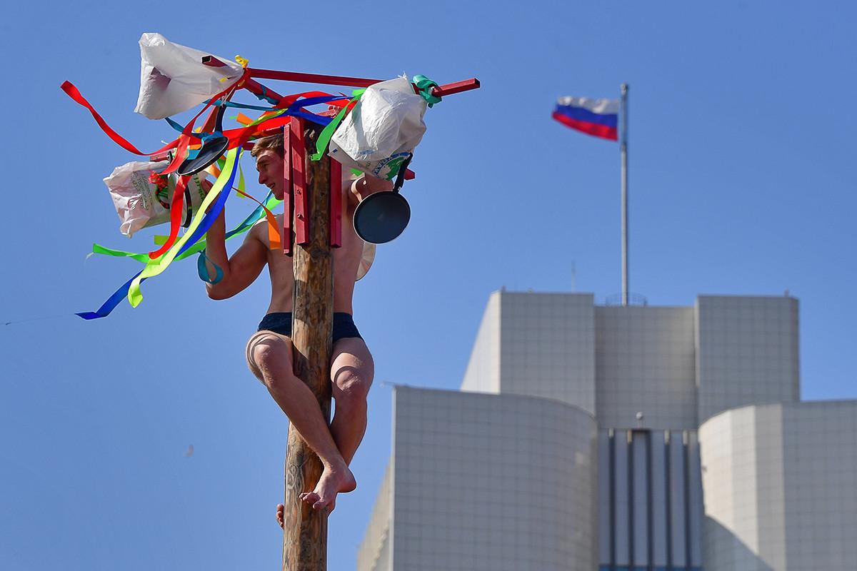 マースレニツァの柱によじ登った男性、ウラジオストクにて