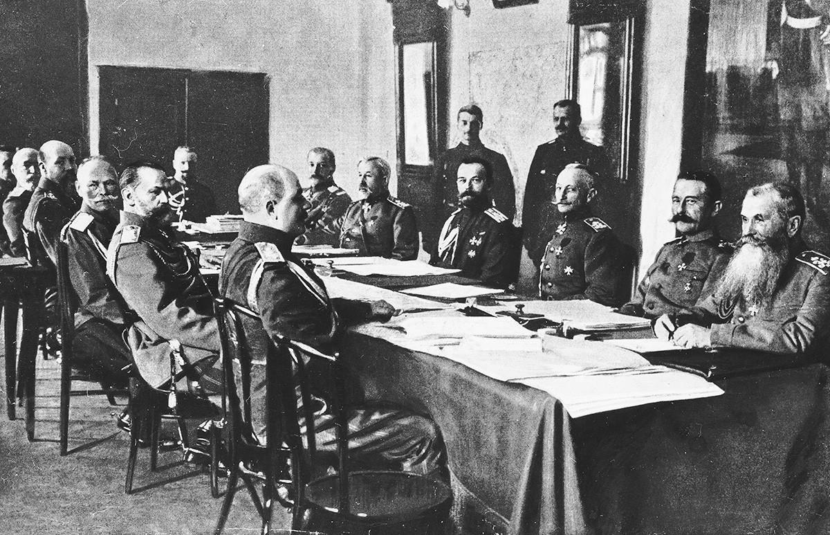Za mizo sedijo (med drugimi): car Nikolaj (četrti z desne), general Aleksejev, general Jevert, general Kuropatkin, general Brusilov (tretji z desne) in general Ivanov.