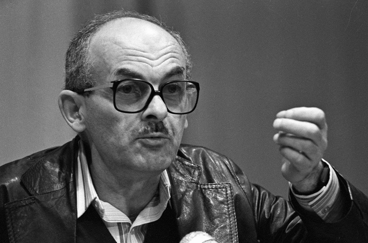 It was Okudzhava's ability to write heart-stirring poems that appealed to wide audiences.
