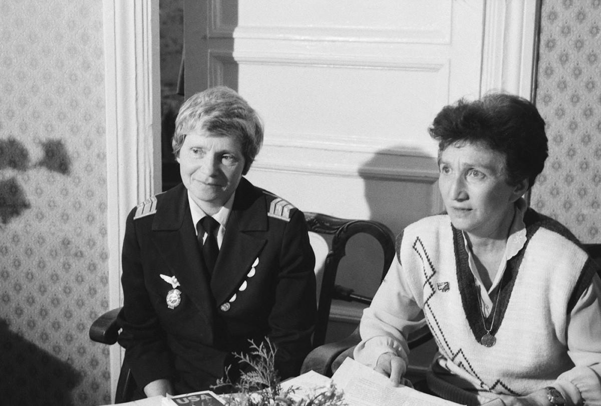 Galina Rastorgueva (kanan) dan Lyudmila Polyanskaya pada 1992.