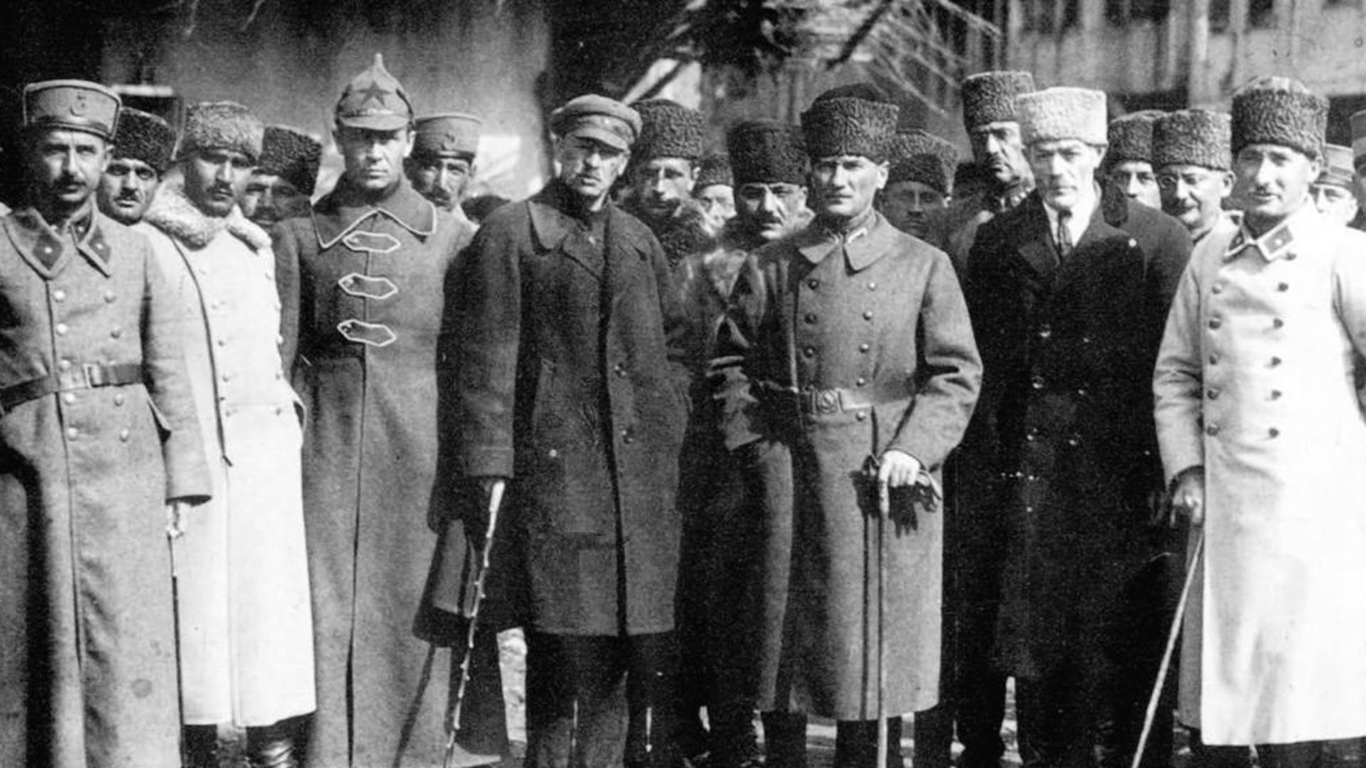 Los expertos militares soviéticos y Mustafa Kemal.