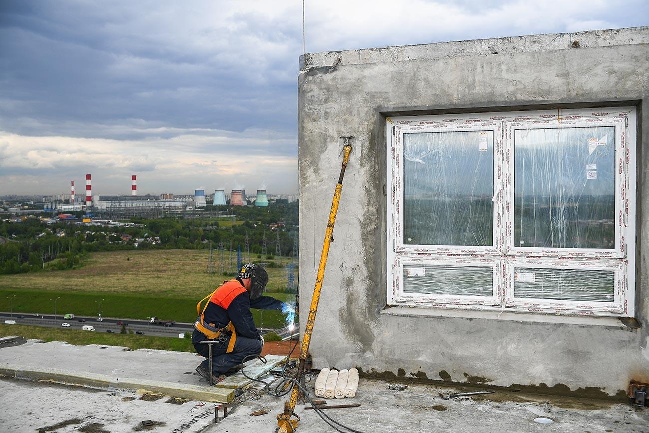 Ouvrier sur le chantier du complexe résidentiel Ioujnaïa Bittsa, dans la région de Moscou