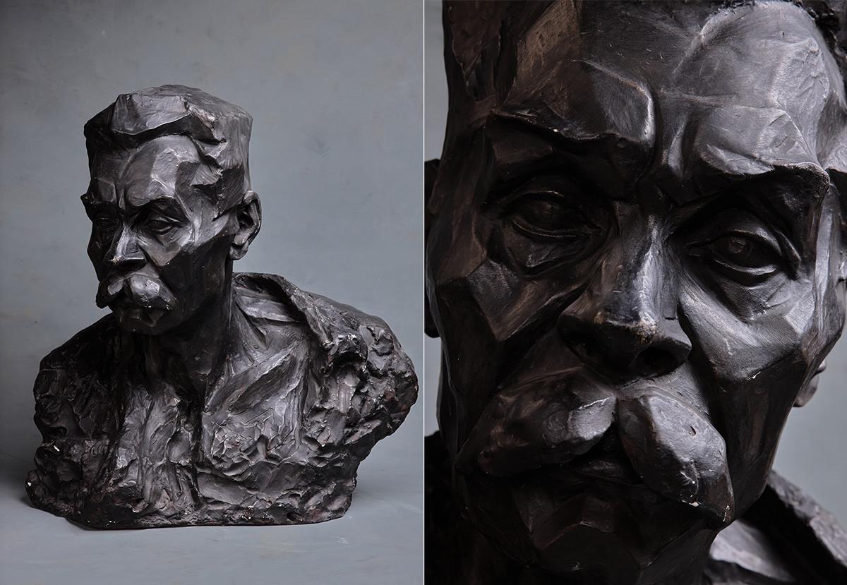 Mikhaïl Blokh. Portrait de l'écrivain Maxime Gorki. 1918. Plâtre coloré.