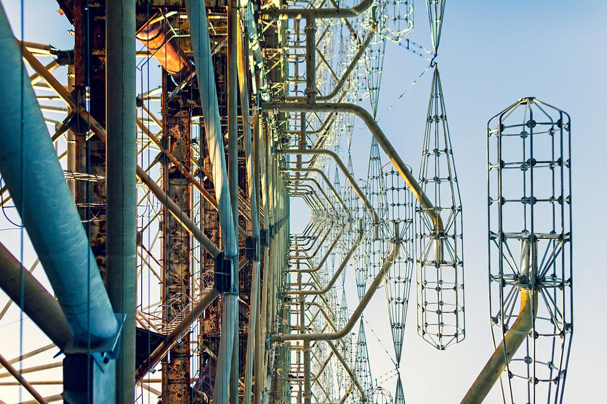 """Радарска станица """"Дуга"""" изблиза, сјајни делови су емитери, Чернобиљ."""