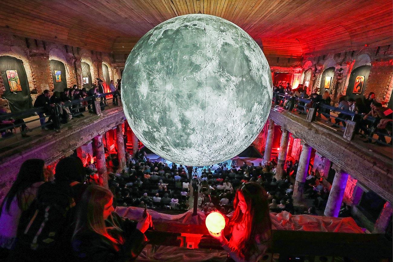 Инсталляция в виде луны во время музыкального вечера