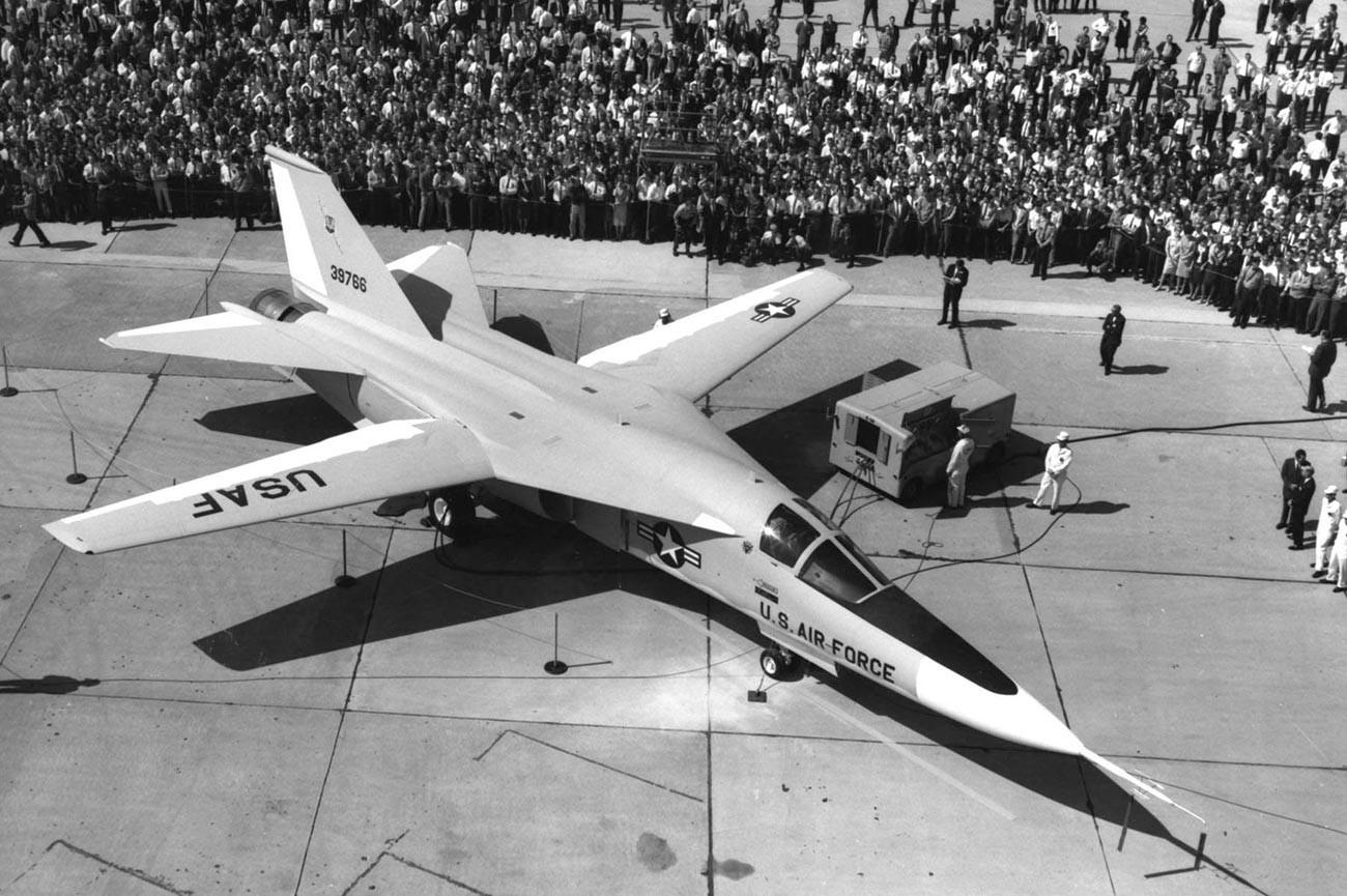 Џенерал Дајнамикс F-111A (SN 63-9768, трети прототипски авион) со трапезни крила за време на слетување, 15 октомври 1964 година.