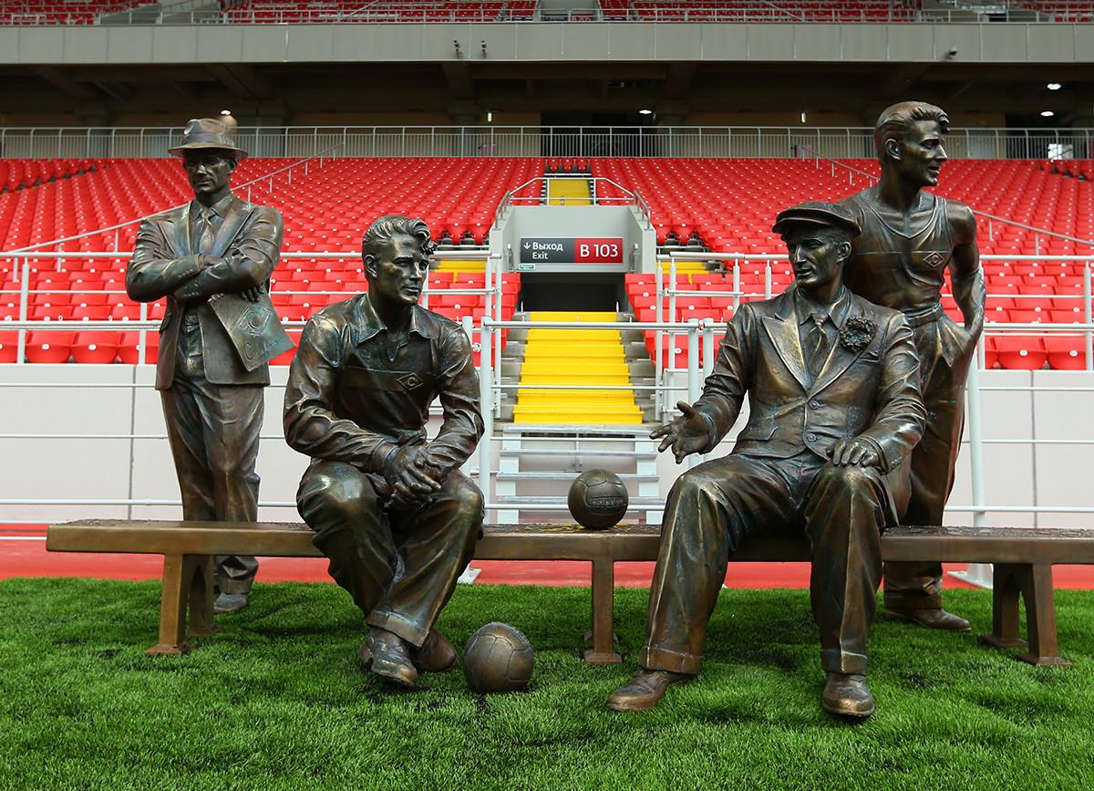 Un monumento ai fratelli Starostin, che giocavano nella squadra di calcio russa Spartak, nel nuovo stadio dell'FC Spartak Mosca (Otkritie Arena)