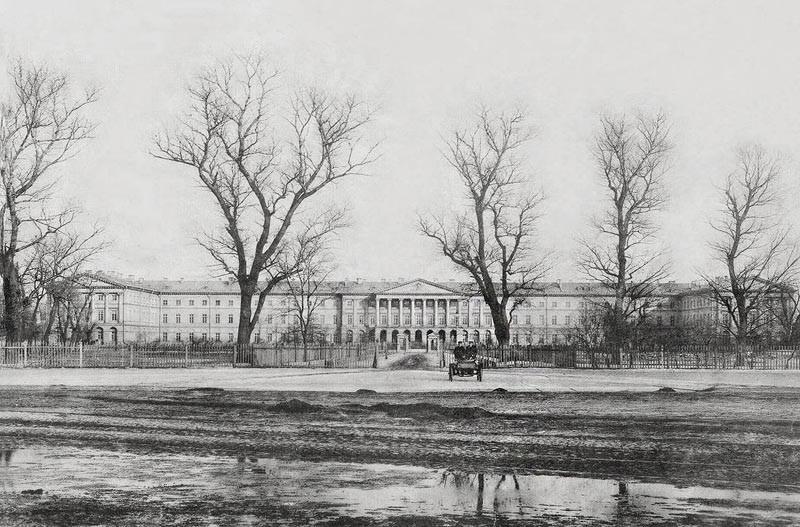 L'Istituto Smolnyj per le Nobili Fanciulle fu la prima istituzione educativa femminile della Russia. L'istituto fu fondato per volere di Ivan Betskoj, in conformità a un decreto firmato da Caterina la Grande il 5 maggio 1764 (24 aprile secondo il calendario giuliano) // L'esterno dell'istituto