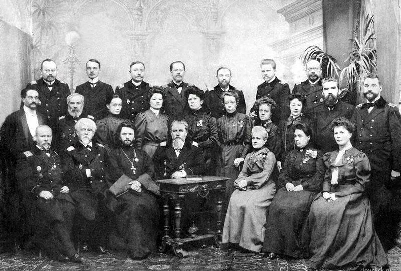 Lo Smolnyj accoglieva le figlie dei funzionari con un grado non inferiore a quello di colonnello o consigliere di Stato. Anche le figlie dei nobili ereditari erano ammesse agli studi. Le ragazze venivano preparate per la vita nella corte imperiale e nell'alta società // Insegnanti