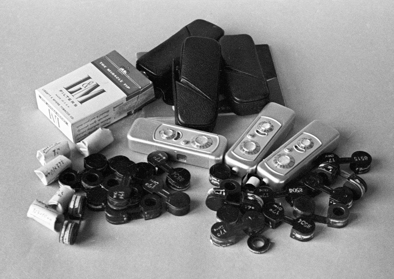 Фотопленки и тайник, замаскированный под коробку из-под сигарет, изъятые у шпионов Олега Пеньковского и Гревилла Винна.