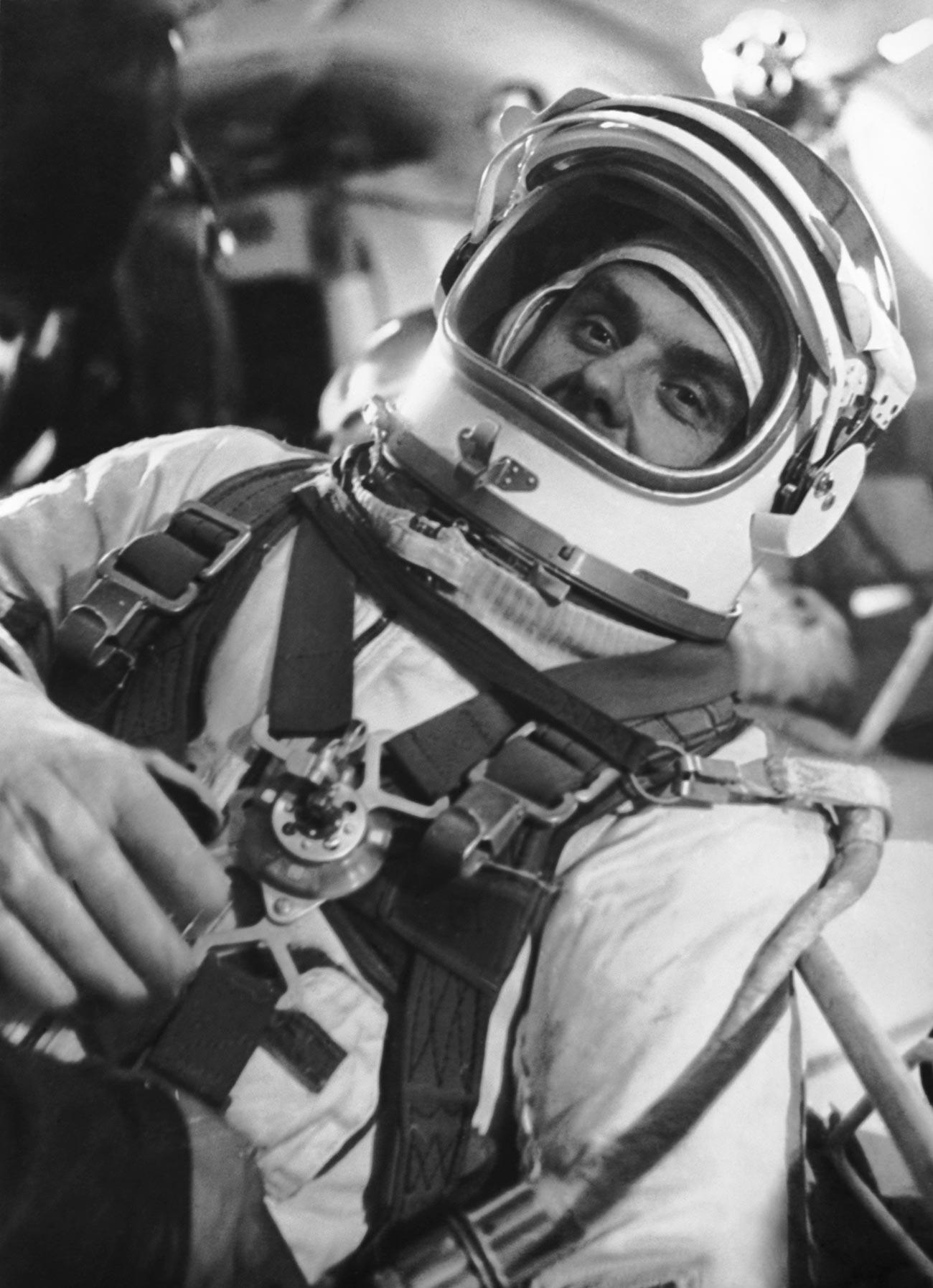 El coronel Vladímir Komarov preparándose para el vuelo.