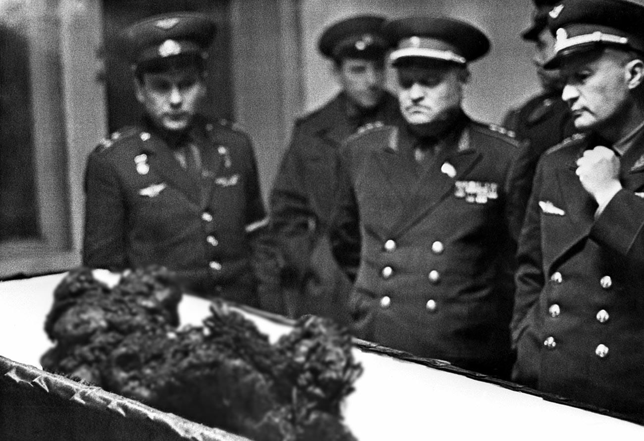 Los restos de Vladímir Komarov después del accidente.