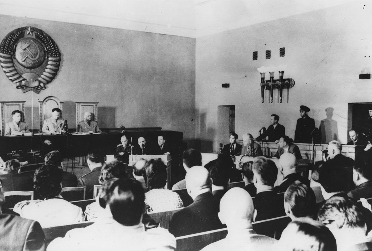 10 mai 1963: le tribunal en séance pendant le procès de Greville Wynne et d'Oleg Penkovski (dans le box des accusés, à droite)