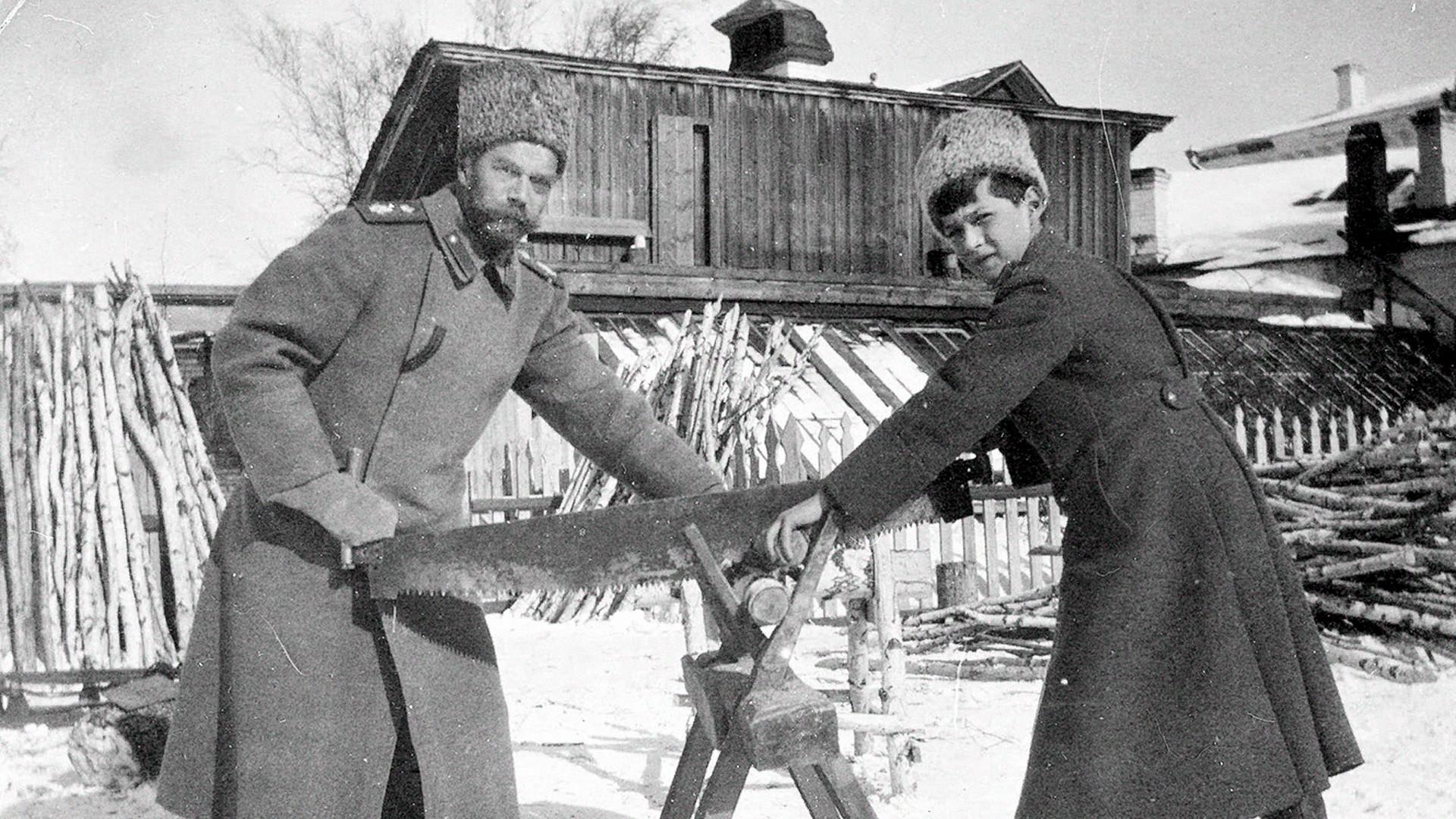 ニコライ2世(左)とアレクセイ・ニコラエヴィチ皇太子(右)