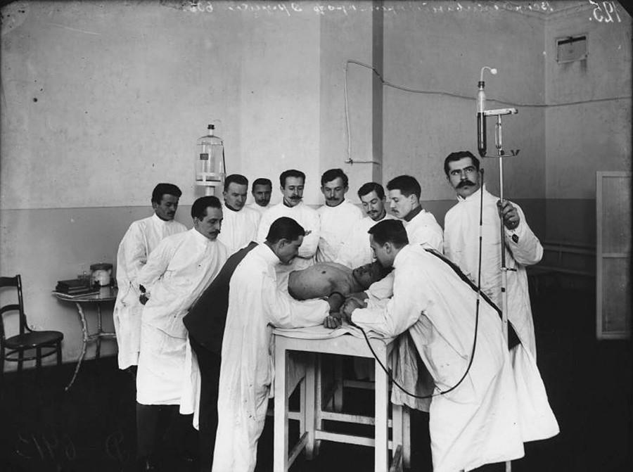 帝国養育院の職員に対する梅毒ワクチン「606」の接種