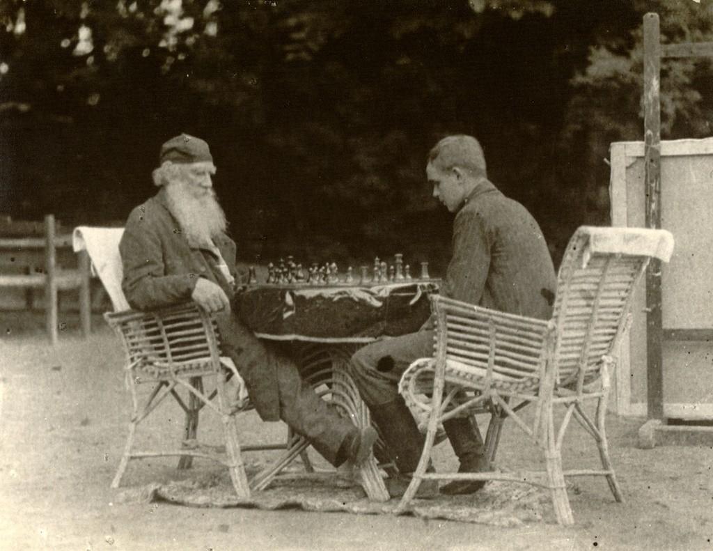 チェスをするレフ・トルストイ