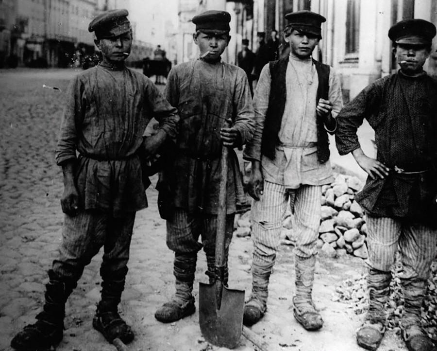 モスクワのポクロフカ通りを舗装する未成年労働者