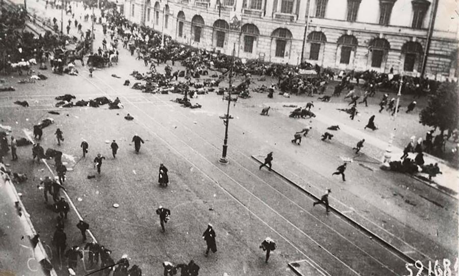 ペテルブルクで行われた平和的なデモに対する臨時政府軍の発砲
