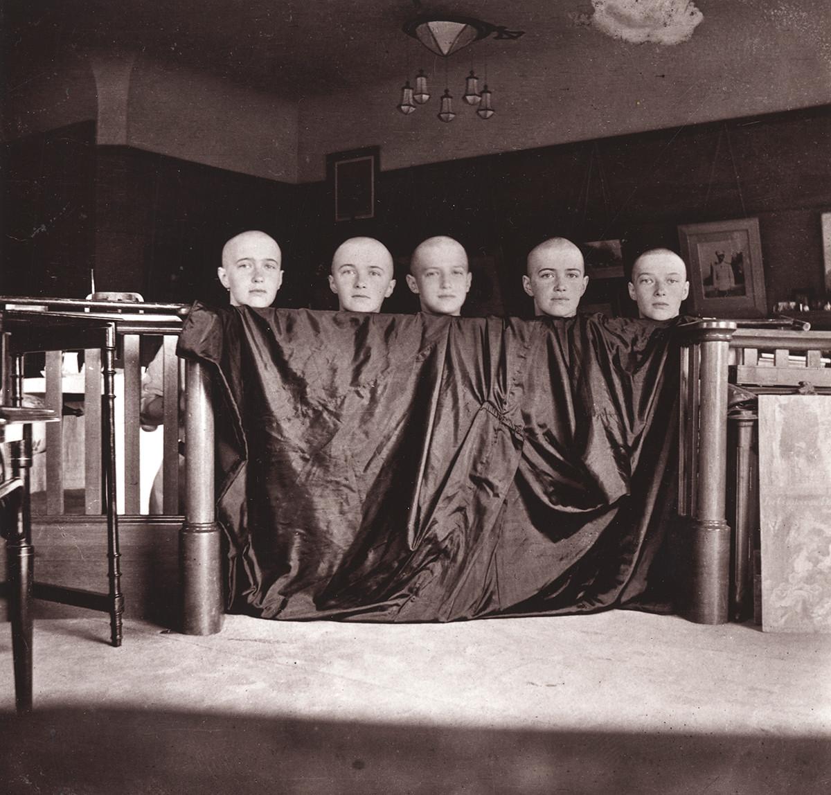 麻疹に罹り頭髪を剃ったロマノワ姉妹