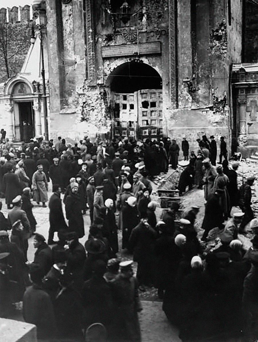 十月の戦闘で破壊されたクレムリンのニコリスキエ門前の群衆