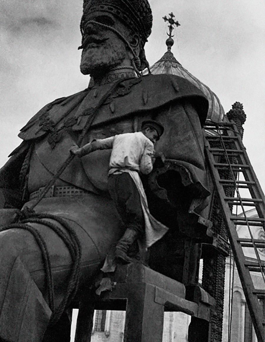 アレクサンドル3世像の撤去