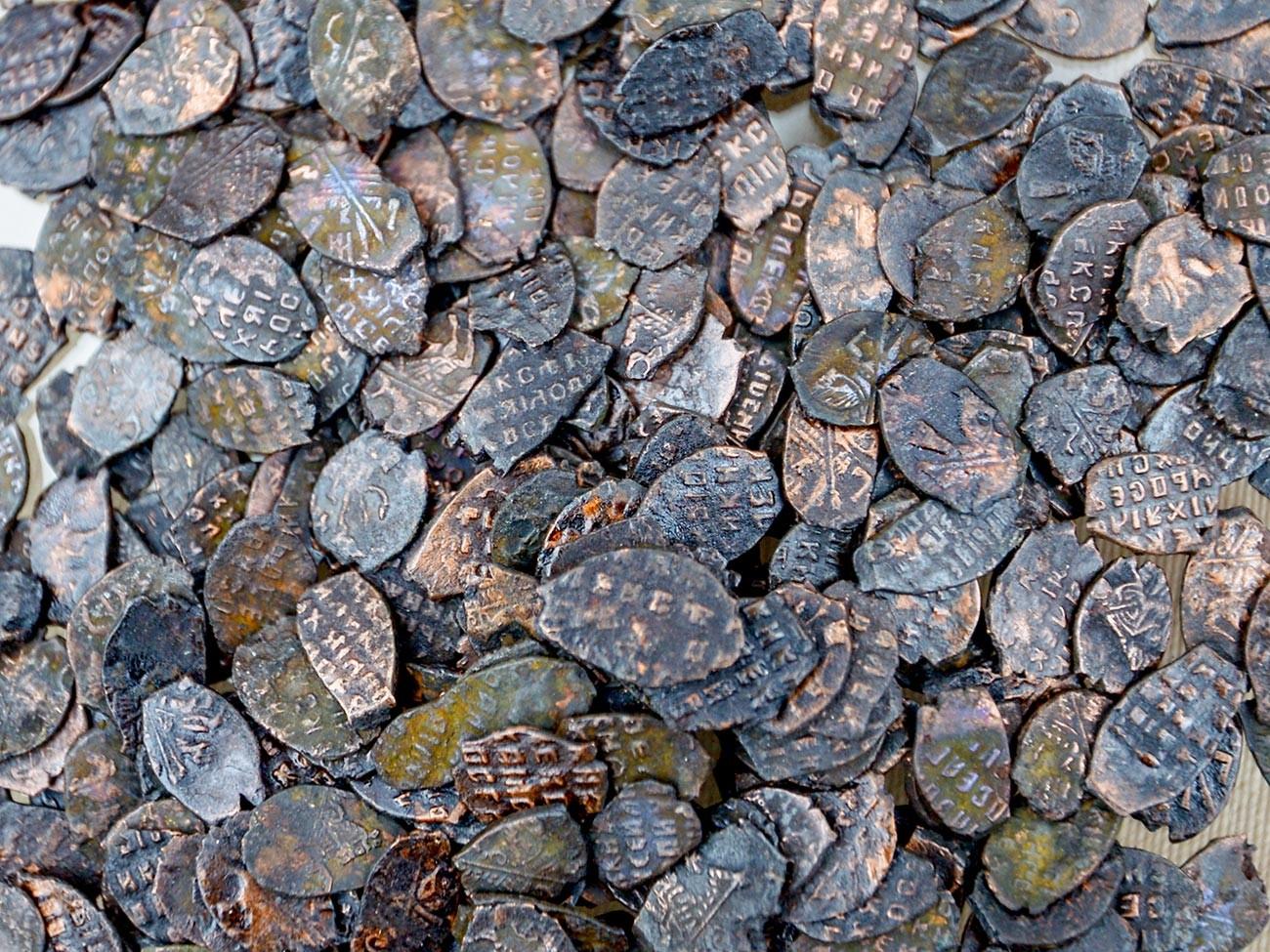 Pièces de monnaie de l'époque de l'émeute du cuivre (XVIIe siècle) découvertes à Moscou