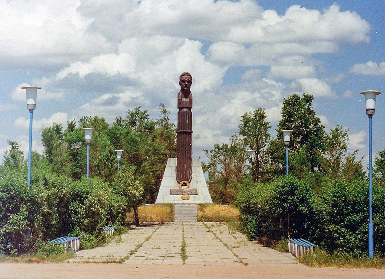 Il monumento eretto in memoria di Vladimir Komarov