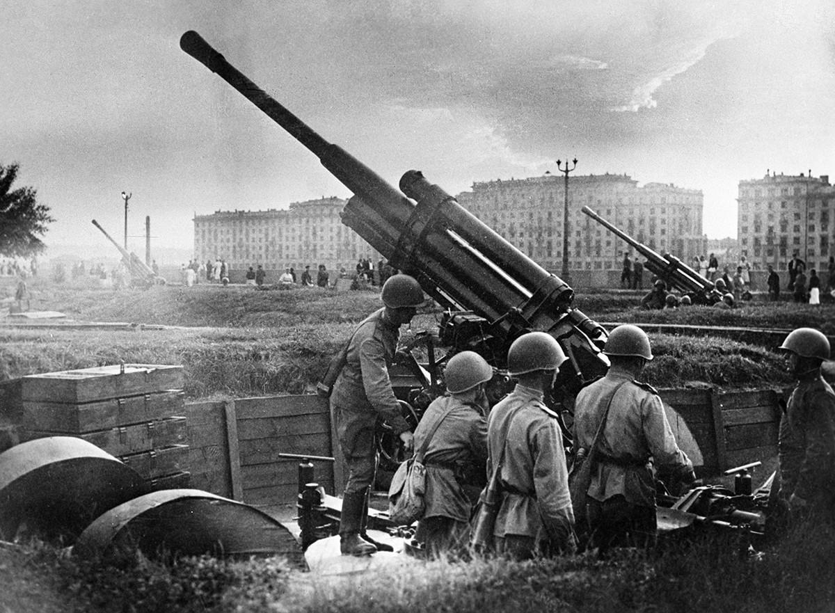 Defesa de Moscou na Grande Guerra Patriótica. Tripulação antiaérea perto do Parque Górki