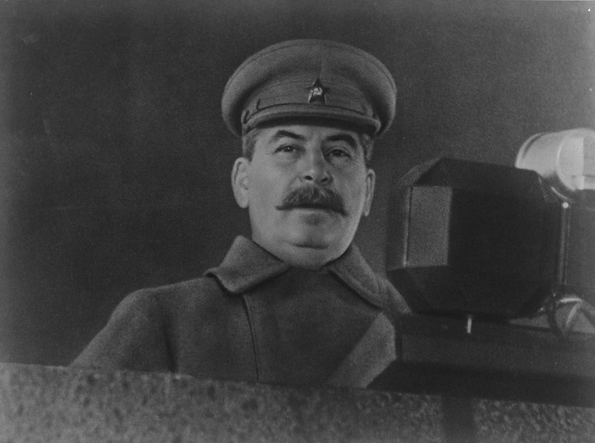 Stálin fazendo discurso durante desfile militar na Praça Vermelha, 7 de novembro de 1941