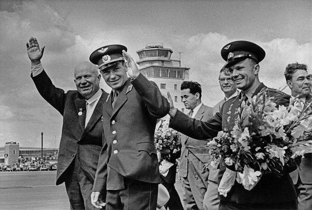 ニキータ・フルシチョフと宇宙飛行士ゲルマン・チトフおよびユーリー・ガガーリン。チトフの宇宙飛行後