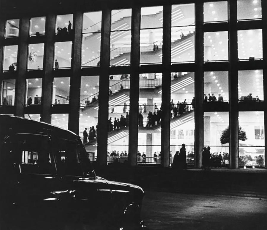 1961年にモスクワ・クレムリン内に登場した新しいモダニズム様式の建物、クレムリン大会宮殿