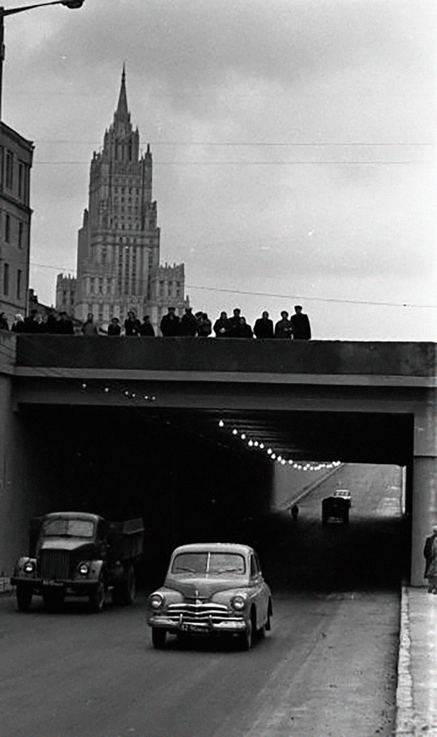 モスクワは交通量が増え、新しいインターチェンジもできた。サドーヴォエ(庭園)環状道路のトンネル。背後にはスターリン建築の「七姉妹」の一つ、外務省の建物が見える