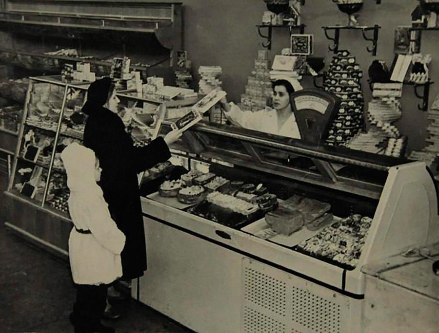 食料品店で買い物をするモスクワ市民