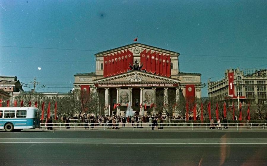 5月1日の労働者の日の祭典に合わせてウラジーミル・レーニンとカール・マルクスの肖像が飾られたボリショイ劇場