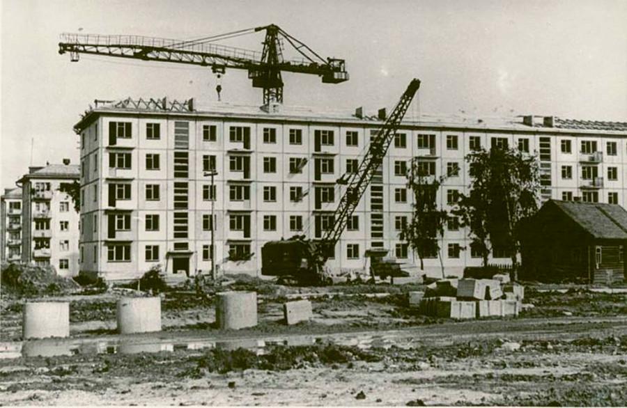 フルシチョフは大規模なアパート建設を始め、多くの人々が小さな住まいを手に入れることができた。こうした5階建てのアパートは「フルシチョフカ」と呼ばれた